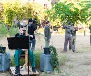 klein-3-Juni-25-Premiere-Graesertheater-9-susi-spielt,-spieler-legen-zweige-auf-nicole