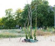 klein-6-Juni-25-Premiere-Graesertheater-33-simon-liegt-passionsblumenbaum