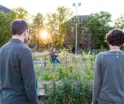 klein-7-Juni-25-Premiere-Graesertheater-43-simon,hilde-schauen-auf-ingo